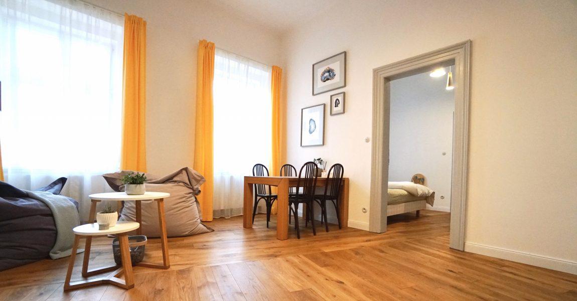 Masivní dubová podlaha v prvorepublikovém bytě